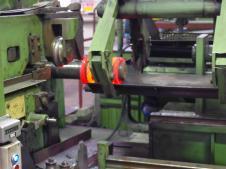 Пружины металлические навивают на вращающуюся оправку